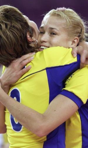 30.set.2000 - Leila (e) e Érika comemoram a vitória do Brasil sobre os Estados Unidos e a conquista da medalha de bronze no vôlei feminino da Olimpíada de Sydney