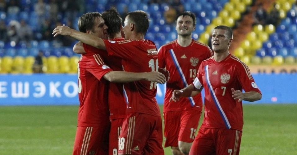 6.set.2013 - Russos comemoram o gol de Alexander Kokorin, que abriu o placar para a seleção em duelo contra Luxemburgo