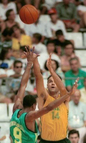 Oscar Schmidt arrisca arremesso na partida contra Austrália nas Olimpíadas de Barcelona-1992