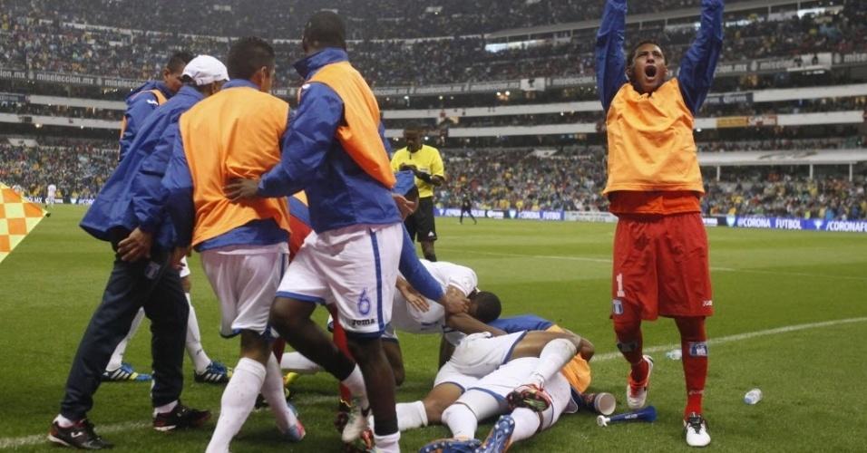 06.set.2013 - Hondurenhos comemoram gol na vitória por 2 a 1 sobre o México pelas eliminatórias da Copa do Mundo-2014
