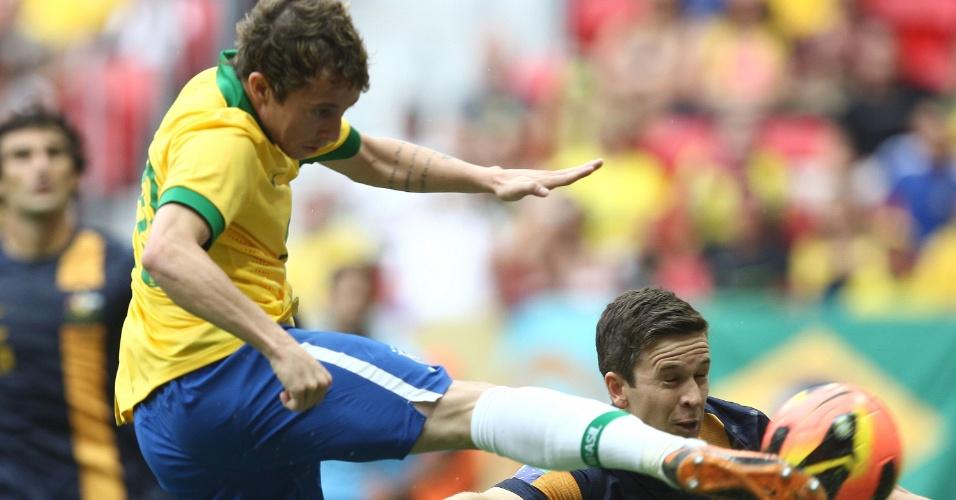 07.09.2013 - Bernard chuta em lance que originou o gol de Jô