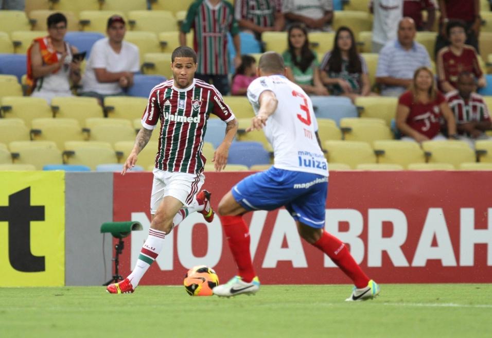 07.set.2013 - Bruno, lateral do Fluminense, tenta jogada