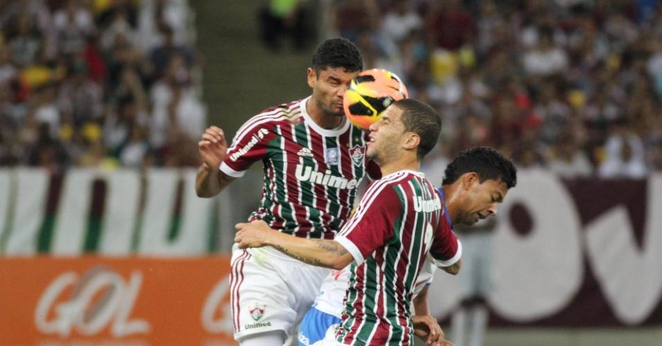 07.set.2013 - Jogadores do Fluminense se enrolam com a bola em jogo contra o Bahia