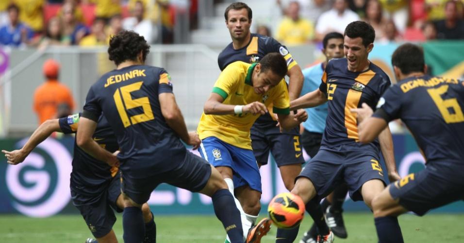 07.set.2013 - Neymar enfrenta marcação de cinco australianos no amistoso entre a seleção brasileira e Austrália, no estádio Mané Garrincha, em Brasília