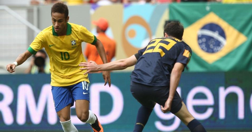 07.set.2013 - Neymar parte rumo ao ataque no amistoso entre a seleção brasileira e a Austrália, no estádio Mané Garrincha