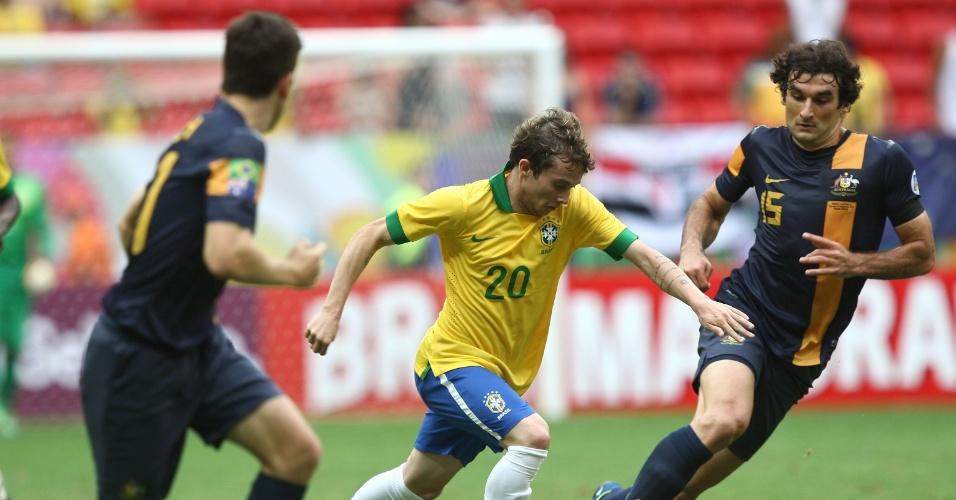 07.set.2013 - O jovem Bernard desfila seu talento ao passar pela marcação de dois australianos em arrancada rumo ao ataque no amistoso entre Brasil e Austrália, no estádio Mané Garrincha