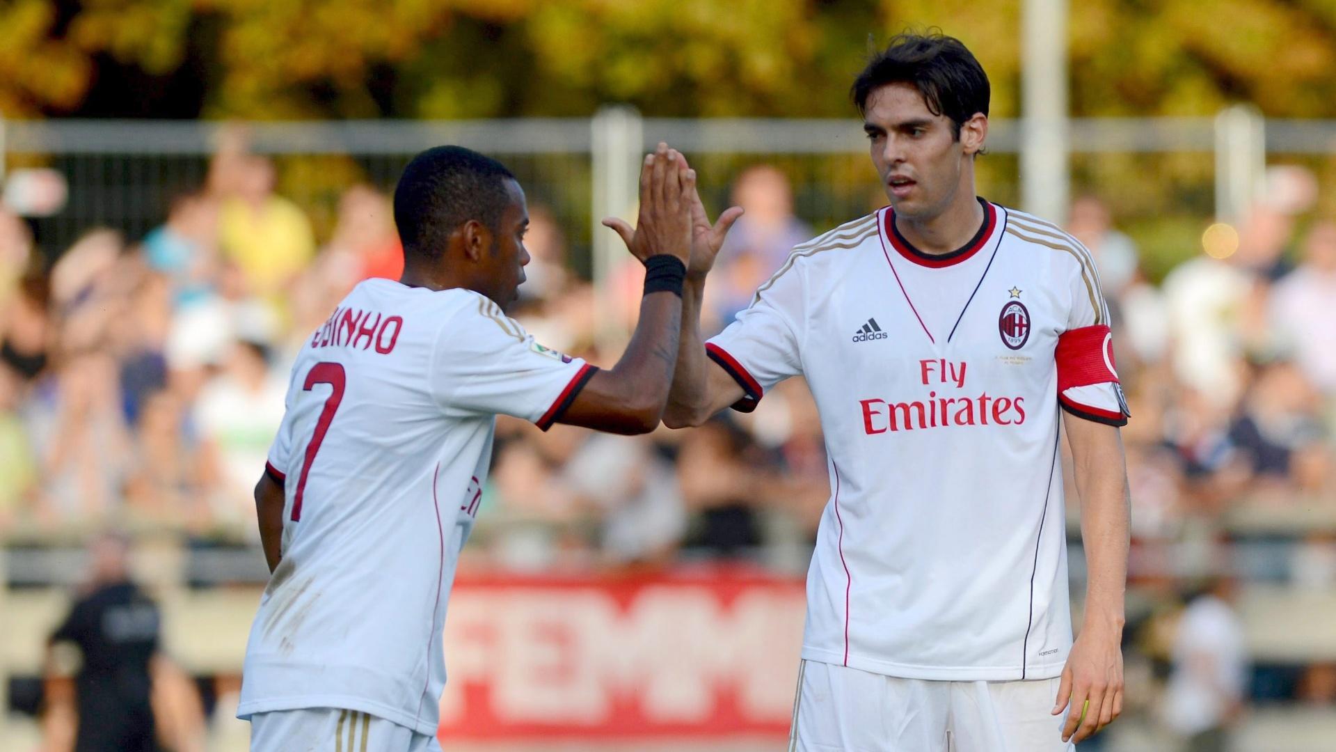 07.set.2013 - Robinho cumprimente Kaká em sua reestreia pelo Milan