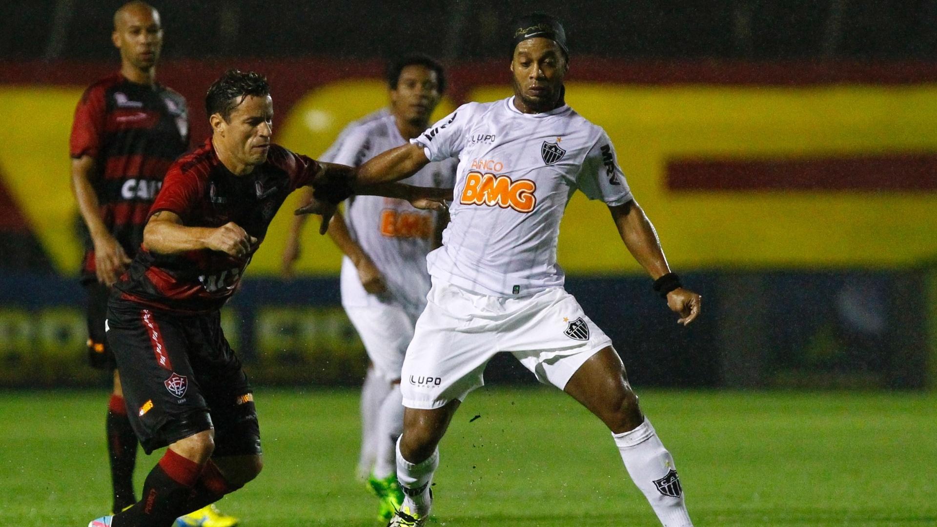 07.set.2013 - Ronaldinho Gaúcho tenta roubar a bola de jogar do Vitória