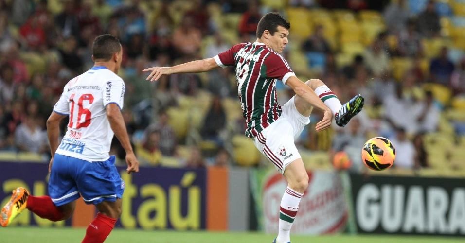 07.set.2013 - Wagner, do Fluminense, tenta se livrar de marcador do Bahia