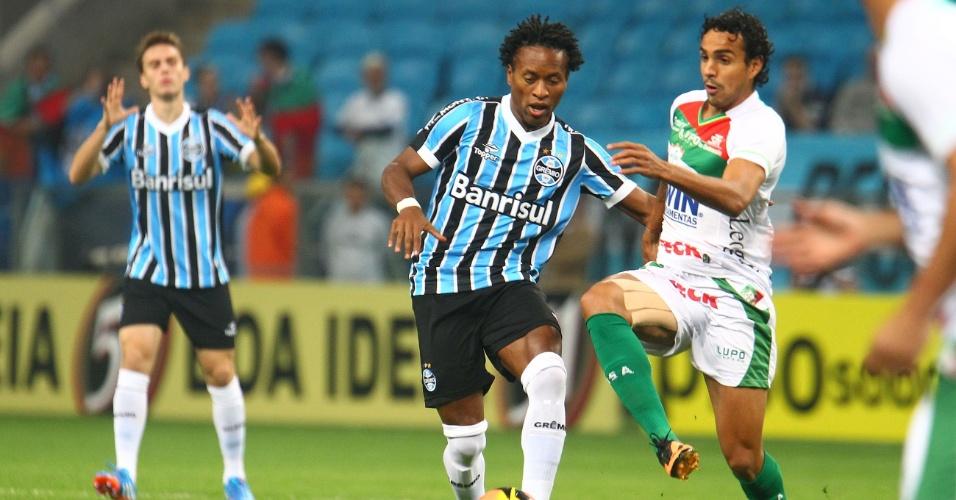07.set.2013 - Zé Roberto tenta a jogada contra marcador da Lusa