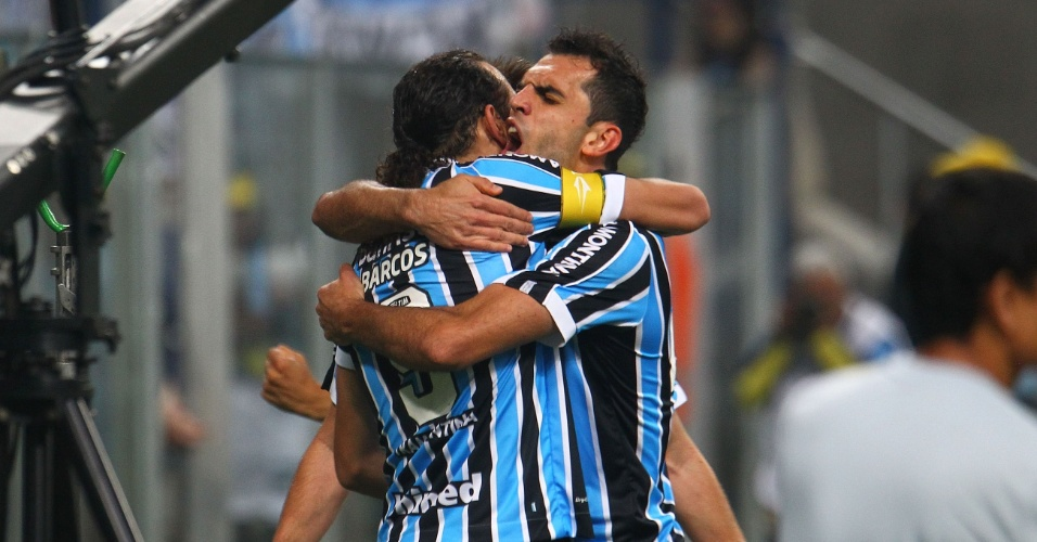 07.set.2013 -Jogadores do Grêmio vibram após gol de Barcos