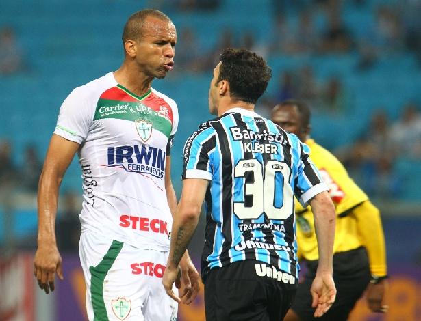 07.set.2013 -Kleber, atacante do Grêmio, discute com jogador da Portuguesa