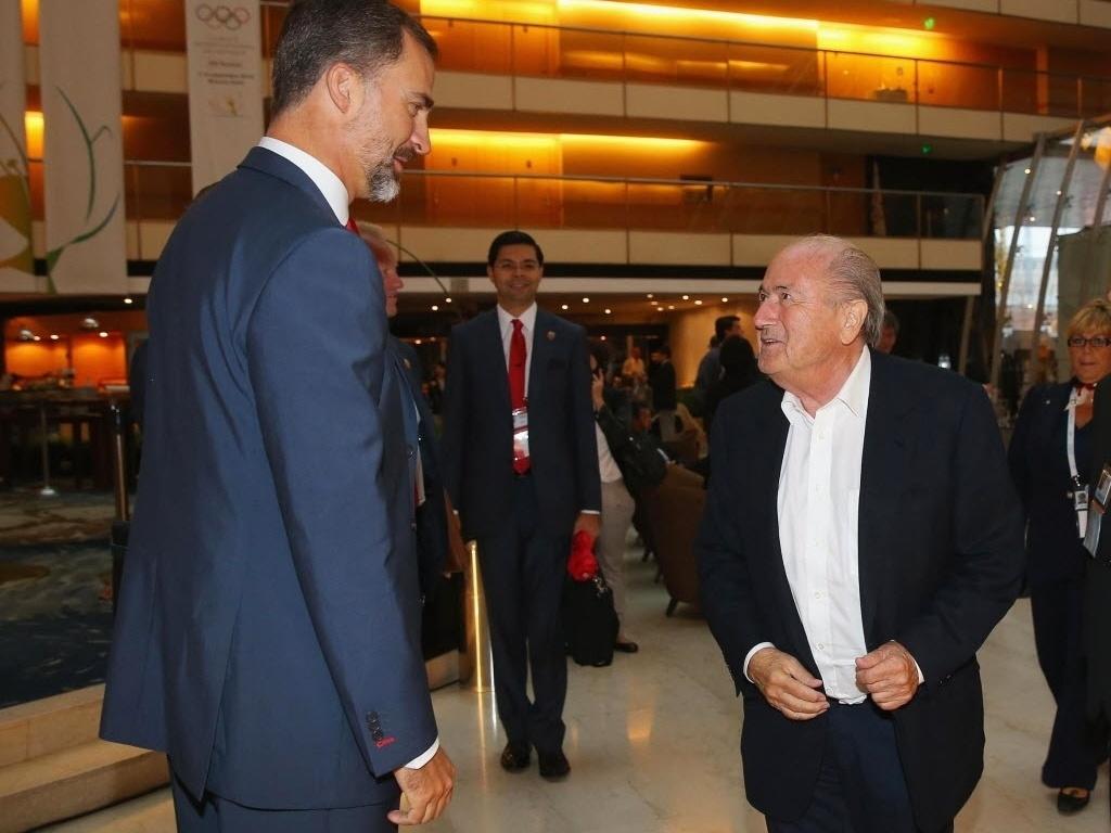 7.set.2013 - Joseph Blatter (d), presidente da FIFA, conversa com Felipe, Príncipe das Astúrias, no evento que define a sede dos Jogos de 2020