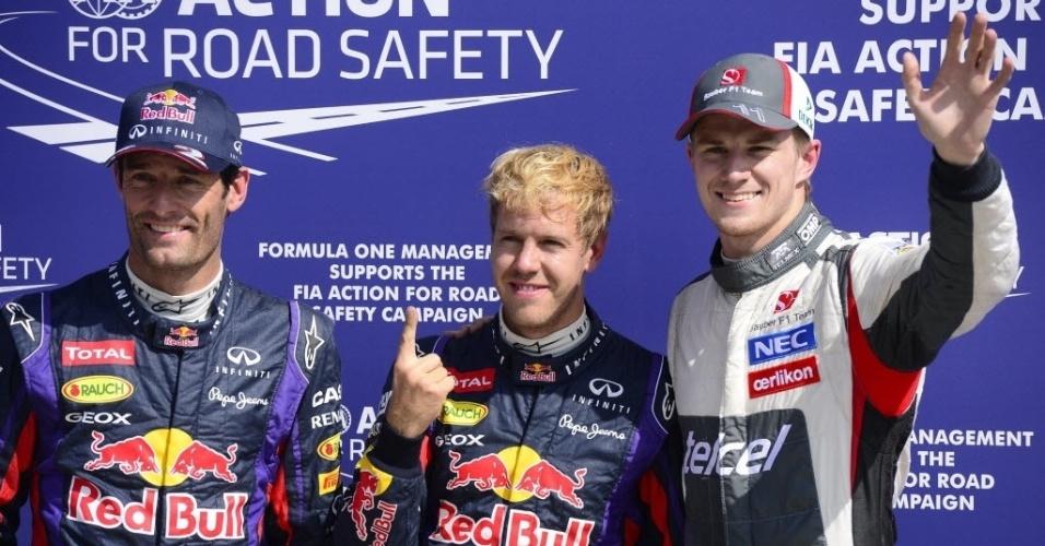 A surpresa do treino deste sábado foi o alemão Nico Hulkenberg (dir.), da Sauber, que fez o terceiro melhor tempo, celebrando feito ao lado dos pilotos da Red Bull Mark Webber (esq.) e Sebastian Vettel (centro)