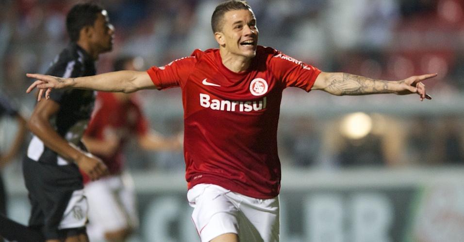 D'Alessandro comemora seu gol, de pênalti, em Ponte Preta e Internacional (07/09/13)