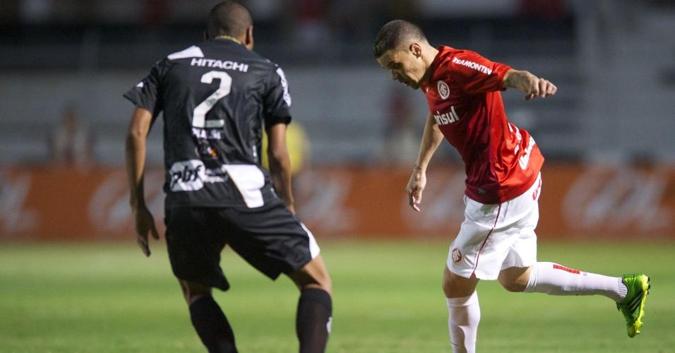 D'Alessandro domina a bola observado por Régis durante Ponte Preta x Inter (07/09/2013)