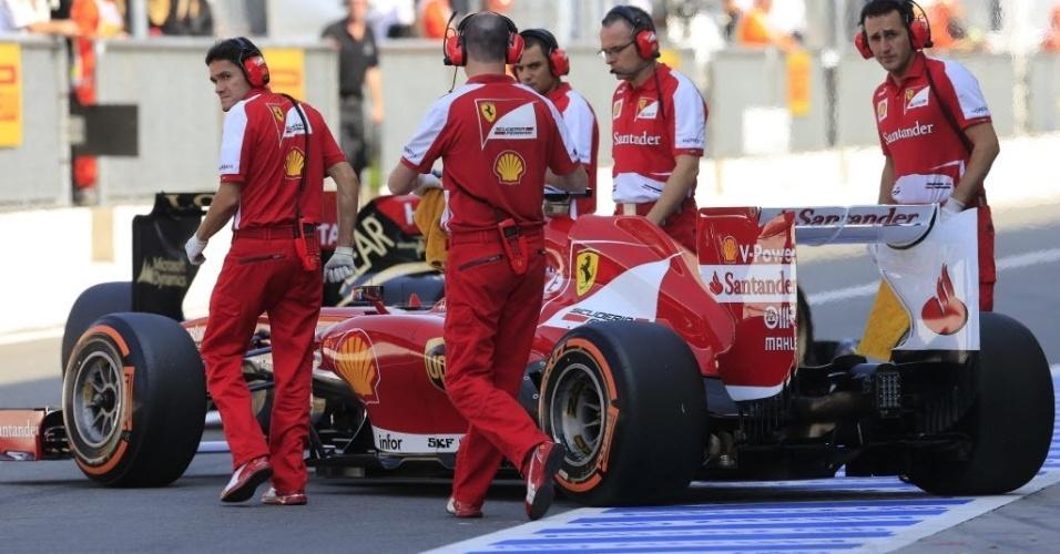 Felipe Massa entra nos boxes durante sessão de treinos neste sábado, no circuito de Monza