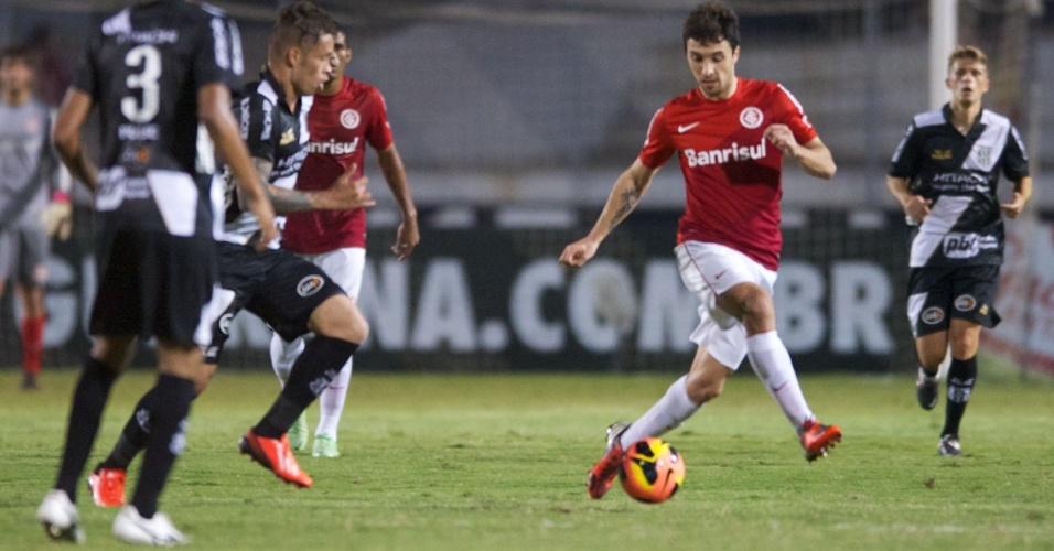 Scocco, do Inter, é marcado de perto por dois jogadores da Ponte Preta (07/09/2013)