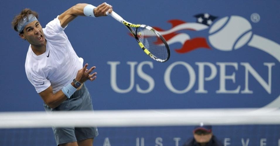 07.set.2013 - Rafael Nadal saca durante semifinal do Aberto dos EUA contra o francês Richard Gasquet
