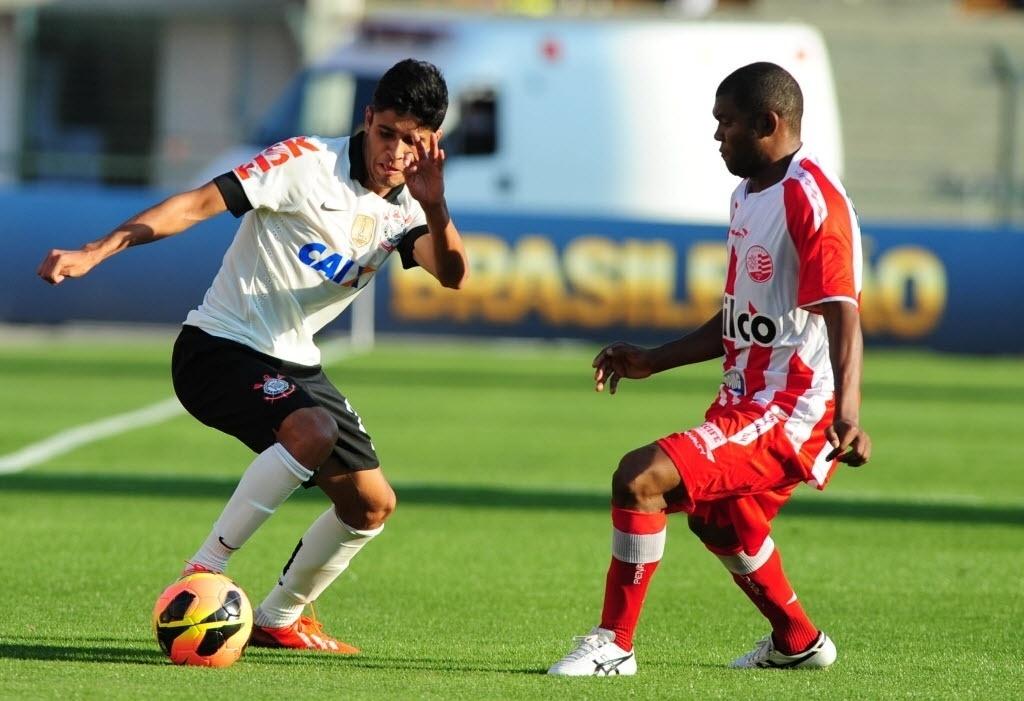08.set.2013 - Atacante Léo, novidade na escalação do Corinthians, tenta jogada individual em jogo contra o Náutico no Pacaembu