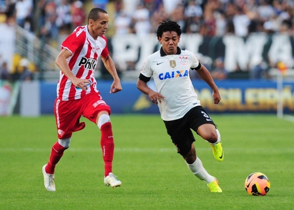 08.set.2013 - Corinthians de Romarinho não conseguiu ir além de um empate sem gols com o lanterna Náutico no Pacaembu
