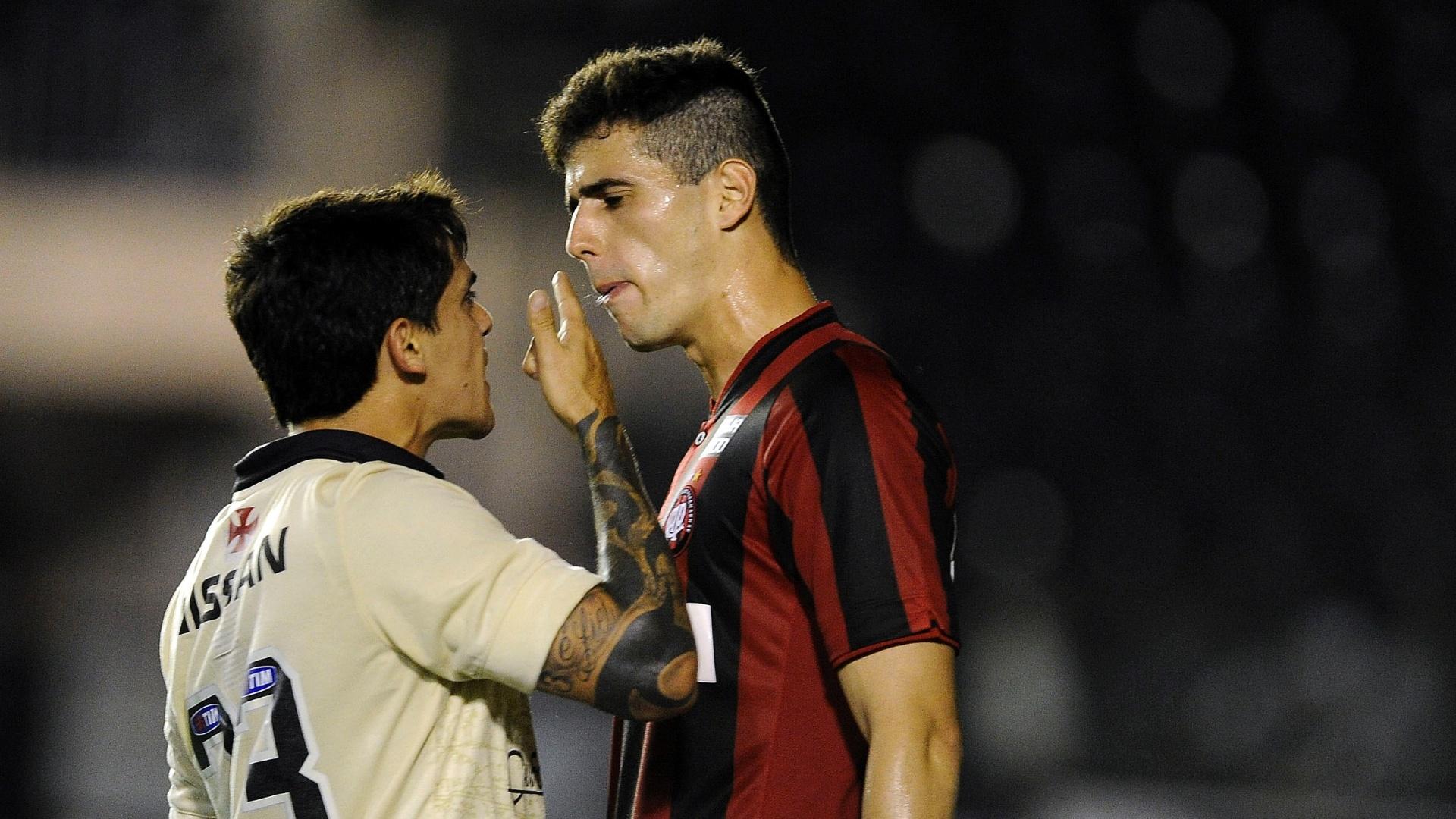 08.set.2013 - Fágner (e) e Dráusio (d) se estranham durante o jogo entre Vasco e Atlético-PR, válido pela 19ª rodada do Campeonato Brasileiro