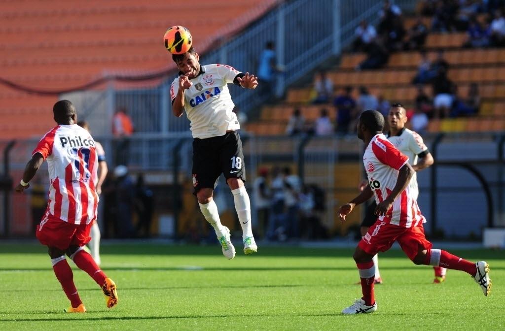 08.set.2013 - Ibson corta a bola de cabeça no primeiro tempo do jogo entre Corinthians e Náutico, válido pela 19ª rodada do Campeonato Brasileiro