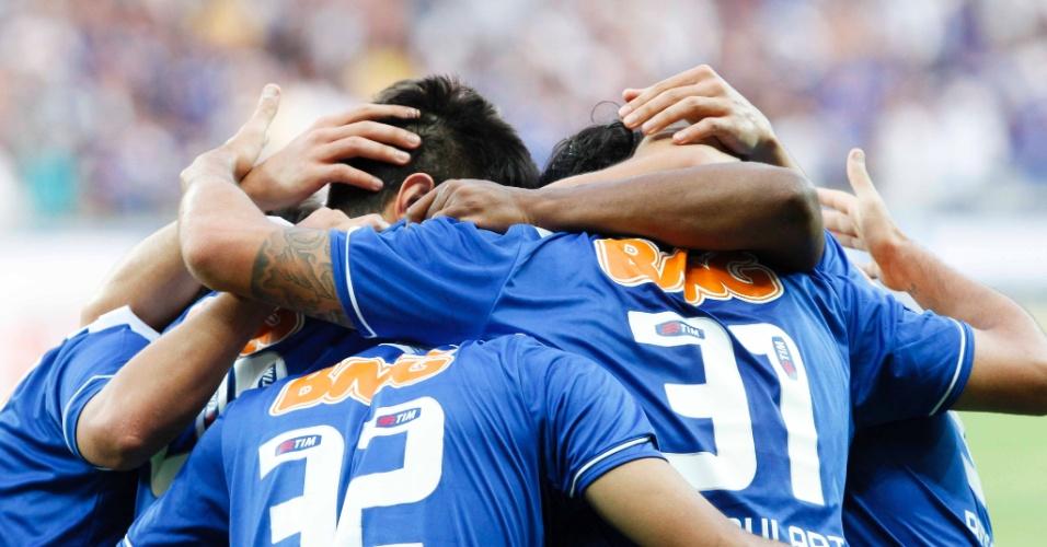 08.set.2013 - Jogadores do Cruzeiro celebram gol marcado por Ricardo Goulart na vitória sobre o Flamengo