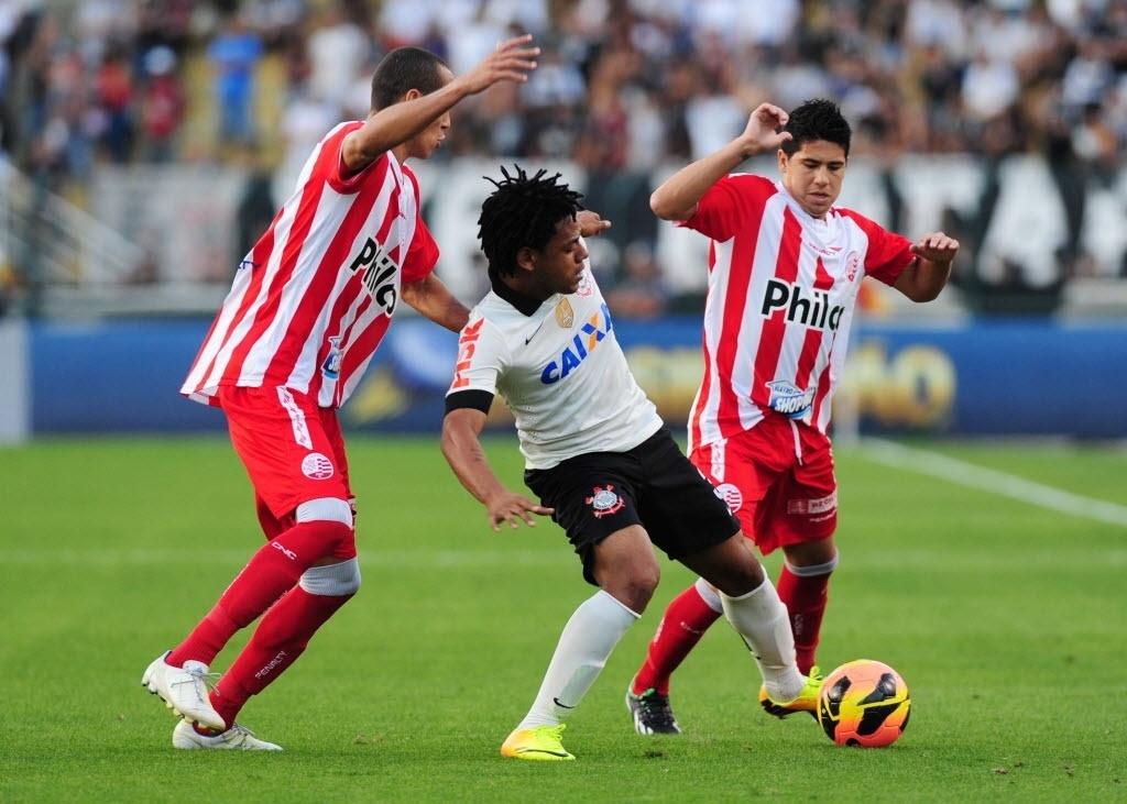 08.set.2013 - Romarinho tenta jogada entre dois marcadores no empate por 0 a 0 entre Corinthians e Náutico no Pacaembu