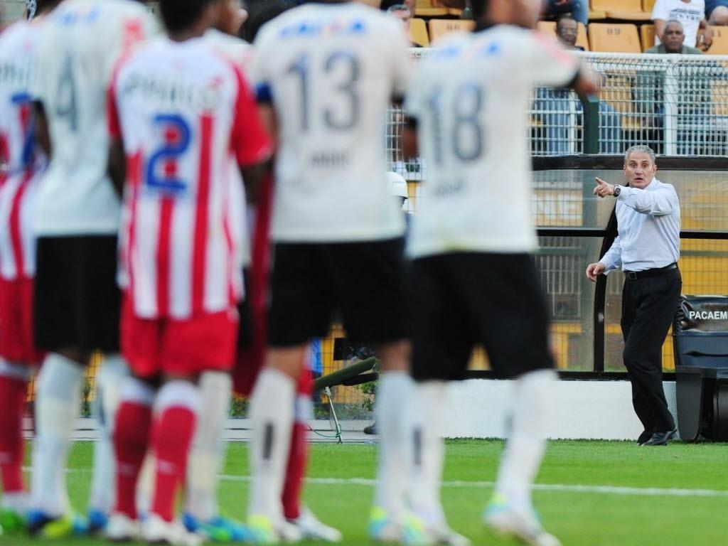 08.set.2013 - Tite apenas observa o Corinthians, que não conseguiu marcar contra o lanterna Náutico no Pacaembu