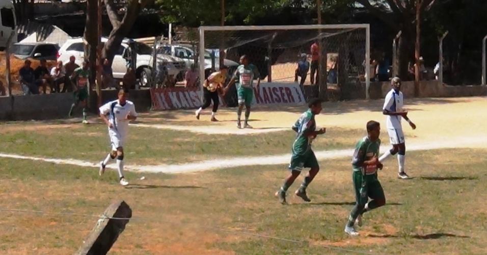 Leões da Geolândia (verde) venceu o Vila Izabel por 3 a 1 e se classificou para as quartas de final da Copa Kaiser