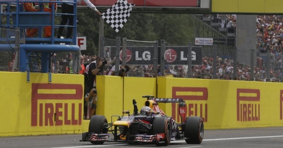 Sebastian Vettel cruza a linha de chegada. O alemão agora soma 222 pontos, contra 169 do segundo na classificação, Fernando Alonso