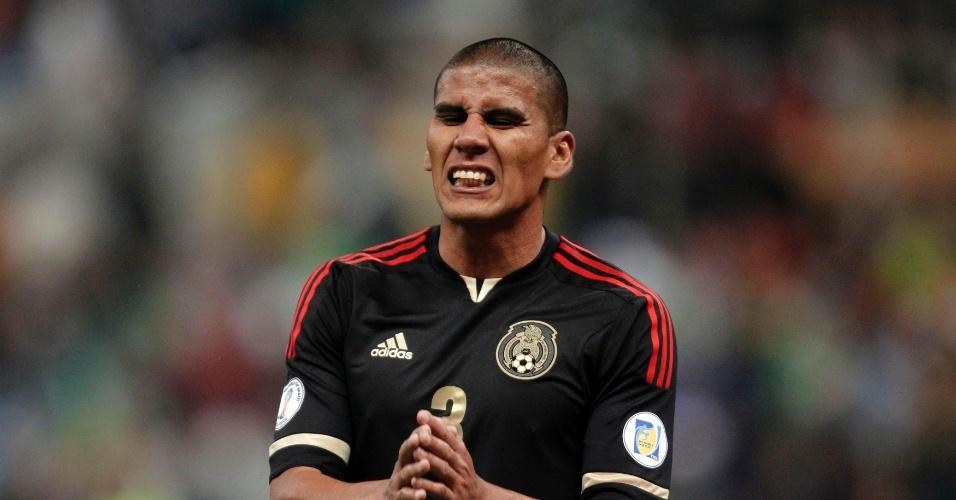 06.set.2013- Carlos Salcido, do México, lamenta chance perdida na partida contra Honduras, pelas eliminatórias da Copa-14; hondurenhos venceram por 2 a 1