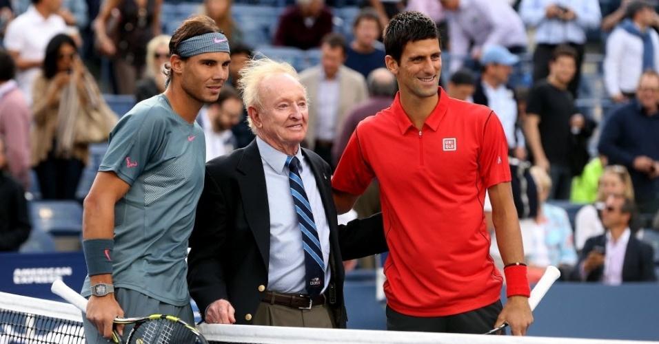 09.set.2013 - Antes do início da decisão do Aberto dos Estados Unidos, Novak Djokovic e Rafael Nadal posam para foto com o ex-jogador Rod Laver