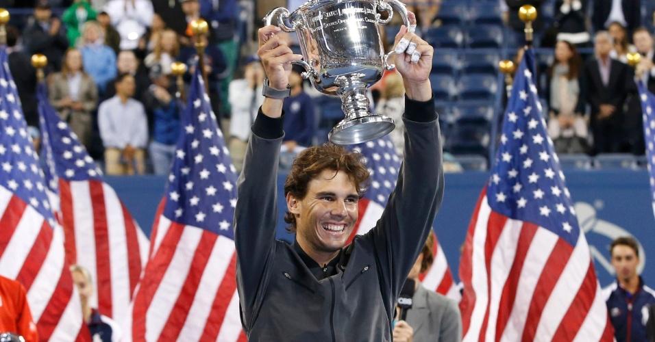 09.set.2013 - Rafael Nadal ergue o trófeu do US Open após derrotar Nova Djokovic
