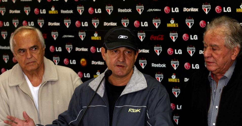 20.06.2009 - Ao lado de Leco e Juvenal Juvêncio, Muricy Ramalho fala após ser demitido do São Paulo