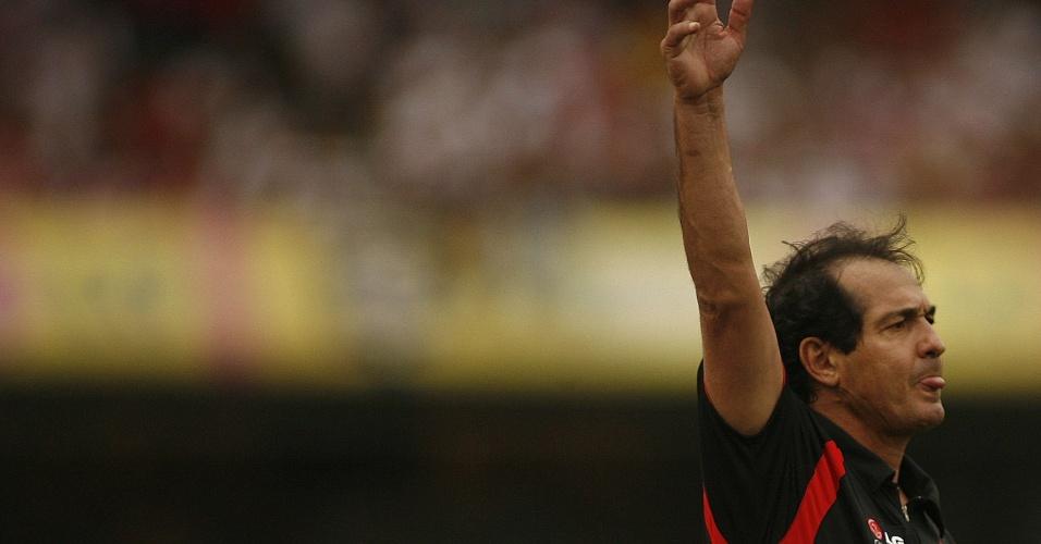 21.10.2007. - Muricy Ramalho orienta seus jogadores durante a vitória do São Paulo por 1 a 0 sobre o Cruzeiro
