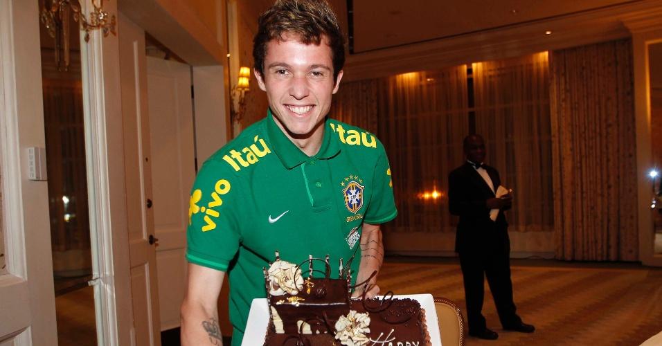 Bernard ganhou um bolo de aniversário na chegada a Boston, nos EUA. O jogador da seleção completou 21 anos neste domingo