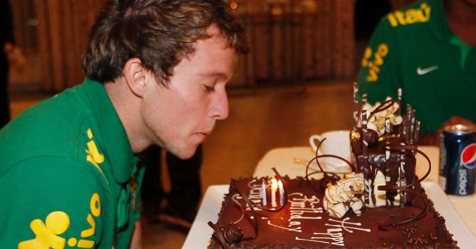 Bernard soprou as velas do bolo de aniversário que ganhou em Boston, onde o Brasil enfrentará Portugal