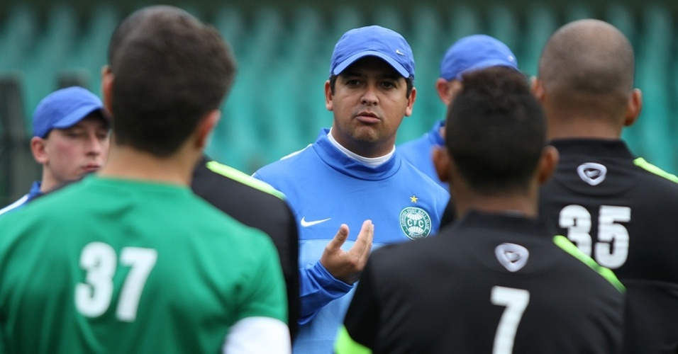Técnico Marquinhos Santos conversa com os atletas do Coritiba