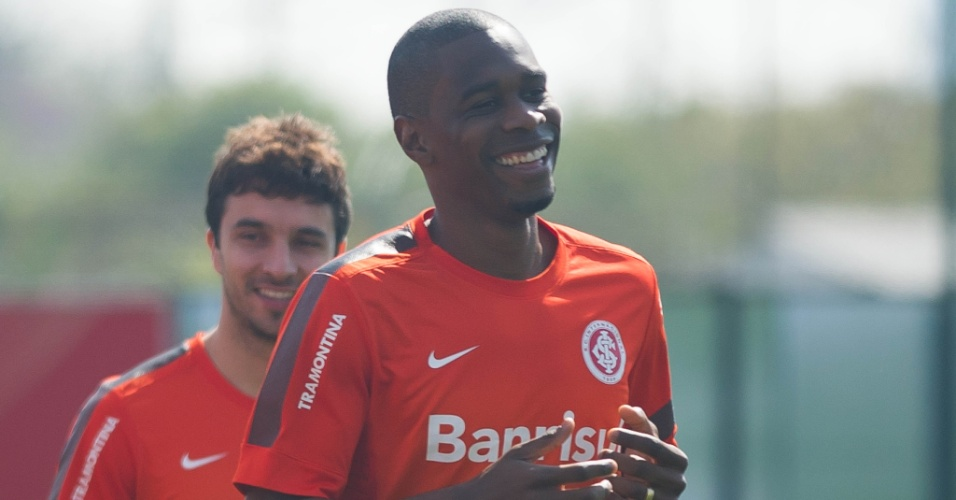 Zagueiro Juan corre em treino do Inter no CT do Parque Gigante (09/09/2013)
