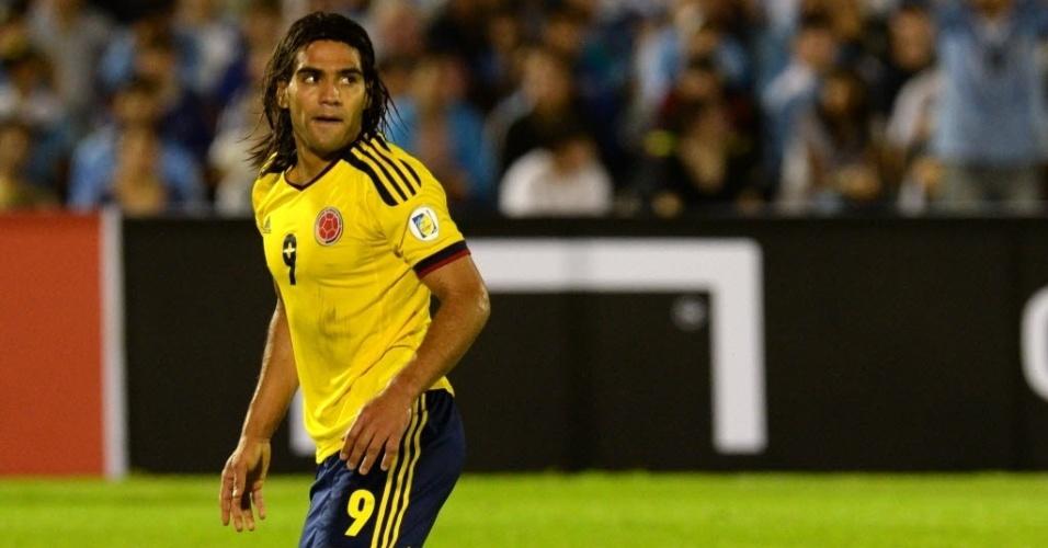 10.set.2013 - Falcao Garcia, atacante da Colômbia, se levanta após sofrer falta na partida contra o Uruguai pelas eliminatórias da Copa-2014; uruguaios venceram por 2 a 0