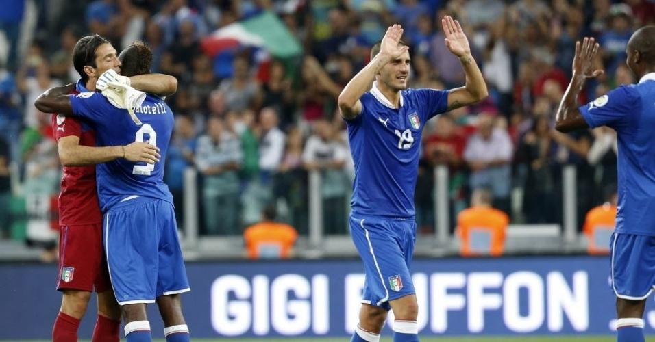 10.09.2013 - Jogadores da Itália comemoram a classificação da seleção para a Copa-14 após vitória por 2 a 1 sobre a República Tcheca
