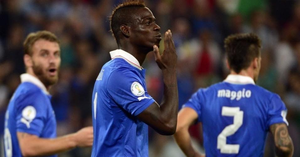10.09.2013 - Mario Balotelli comemora com um 'beijinho' após marcar de pênalti para a Itália contra a República Tcheca; Squadra Azzurra venceu por 2 a 1 e se classificou para a Copa-2014