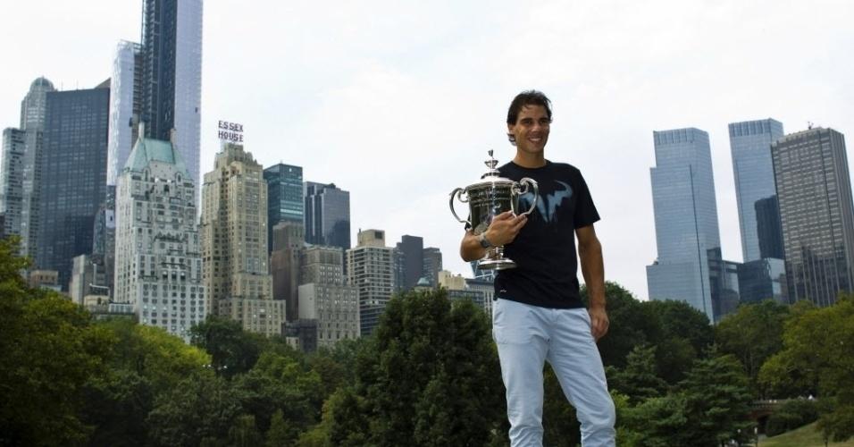 10.09.2013 - Rafael Nadal exibe a taça de campeão do Aberto dos Estados Unidos no Central Park, em Nova York