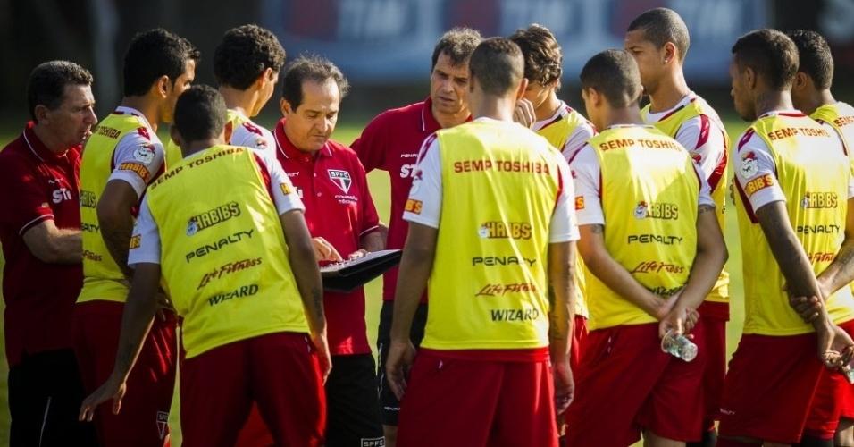 10.set.2013 - Ao lado de Milton Cruz, Muricy Ramalho reúne titulares e conversa durante treino no CT da Barra Funda