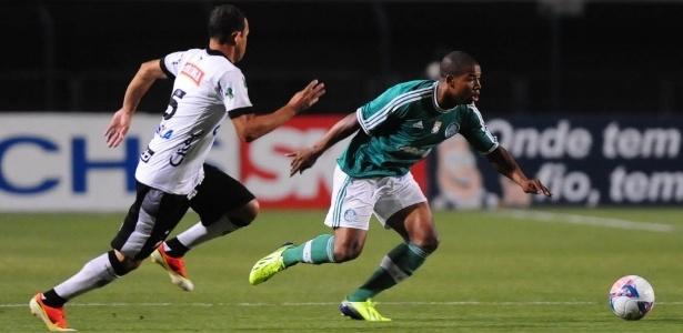 Luis Felipe (dir.), lateral direito do Palmeiras, disputa a bola com Milton Júnior, do ASA - Junior Lago/UOL