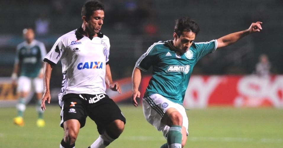 10.set.2013 - Valdivia controla a bola durante e partida entre Palmeiras e ASA pela Série B