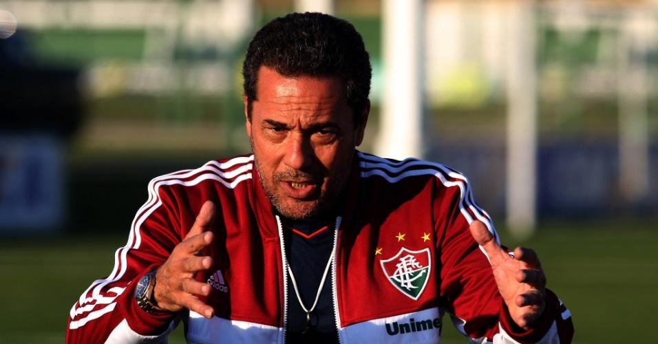 O técnico Vanderlei Luxemburgo gesticula durante papo com jogadores do Fluminense antes de treino