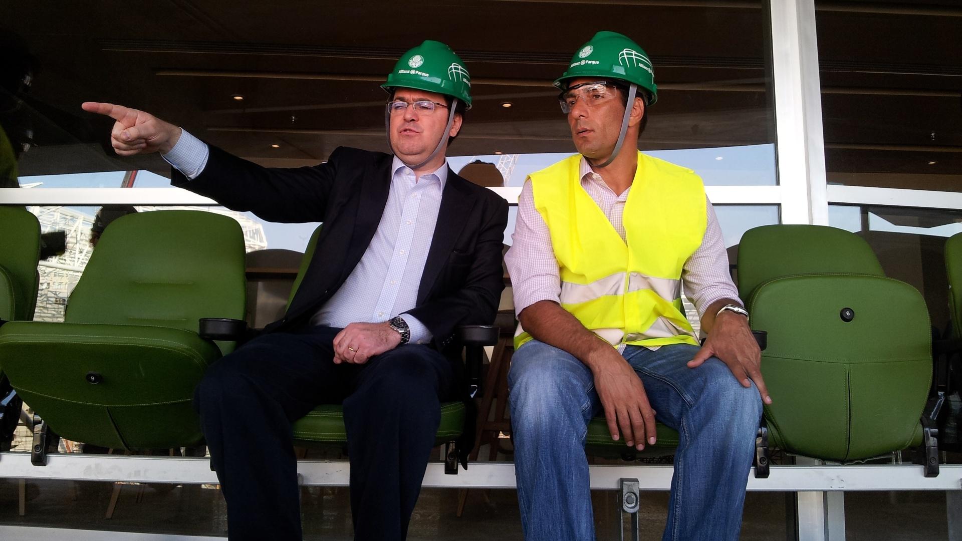 11.09.2013 - Rogério Dezembro (esq.), diretor da WTorre, mostra o novo estádio do Palmeiras a Edmundo